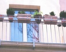 Verzinktes Geländer mit Blumenkastenhalter