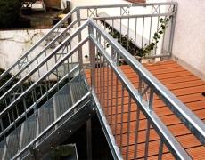 Verzinkter Balkonbau mit Treppe