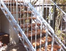 Verzinkte Gartentreppe mit Holzstufen