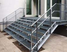 Verzinkte Treppe mit Kinderhandlauf
