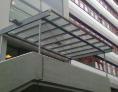 Eingangsüberdachung Schulgebäude