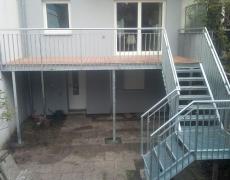 Balkon mit 2-laufiger Treppe